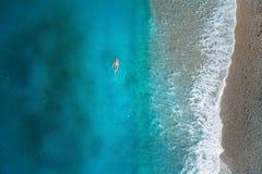 Vogelperspektive der Schwimmenfrau im Mittelmeer Stockbilder