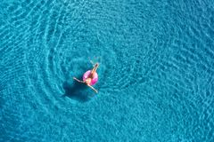 Vogelperspektive der Schwimmens der jungen Frau im Meer mit transparentem Wasser stockfotografie