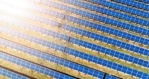 Vogelperspektive der Sonnenkollektoranlage Stockbild
