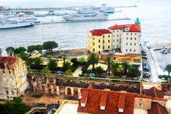 Vogelperspektive der Spaltenküste, adriatisches Meer Kroatiens mit touristischen Booten und mit Diocletian-Palast Stockfoto
