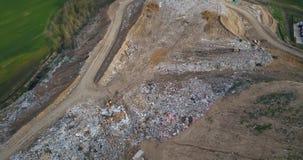 Vogelperspektive der städtischen Dump- und Abfallaufbereitungsfabrik Hubschrauber, der über die großen Stapel des Abfallabfalls f stock video footage