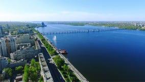 Vogelperspektive der Stadt Die Stadt von Dnipro Dnepropetrovsk ist auf dem Dnieper-Fluss stock video
