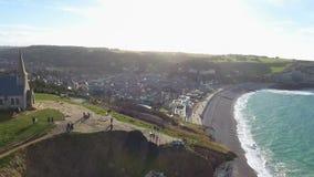 Vogelperspektive der Stadt Etretat, Normandie, Frankreich, 4K im Dezember 2016 stock footage