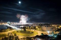 Vogelperspektive der Stadt mit Feuerwerken Stockbild