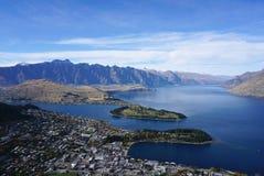Vogelperspektive der Stadt und schöner See von Bob-` ragen in Que empor Stockbild