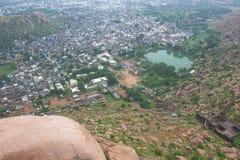 Vogelperspektive der Stadt von der Bergkuppe Stockbild