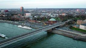 Vogelperspektive der Stadt von Dusseldorf in Deutschland mit der Überfahrt von Joseph--Beuys-Ufer und Oberkasseler-Brücke - ganz stock footage