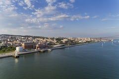 Vogelperspektive der Stadt von Lissabon mit Segelbooten auf dem Tajo und der 25 von April Bridge auf dem Hintergrund Lizenzfreies Stockfoto