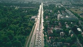 Vogelperspektive der Stadtlandstraße in Warschau, Polen stock video