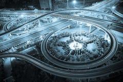 Vogelperspektive der Stadtviaduktstraßen-Nachtszene Lizenzfreie Stockfotos