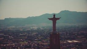 Vogelperspektive der Statue von Christus in Murcia, Spanien stock footage