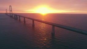Vogelperspektive der Storebaelt-Brücke in Dänemark stock video