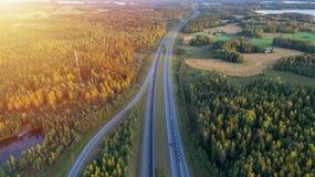 Vogelperspektive der Straße durch Landschaft und bebautes Feld stockfotos