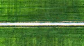 Vogelperspektive an der Straße und am Feld Landwirtschaftliche Landschaft von der Luft Feld und Straße Bauernhof zur Sommerzeit B stockfoto