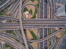 Vogelperspektive der Straßenkreuzung mit Eisenbahnlinien in Dubai, UAE Stockfotos