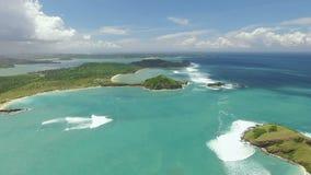 Vogelperspektive der Strandlagune Tanjung Aan und des Südufers von Lombok, Indonesien stock video