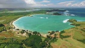 Vogelperspektive der Strandlagune Tanjung Aan und des Südufers von Lombok, Indonesien stock video footage