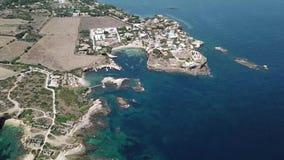 Vogelperspektive der szenischen Küstenlinie von Plemmirio in Sizilien stock footage
