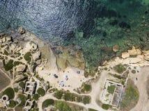 Vogelperspektive der szenischen Küstenlinie von Plemmirio in Sizilien stockbilder
