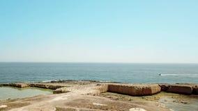 Vogelperspektive der szenischen Küstenlinie von Plemmirio in Sizilien stock video