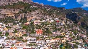 Vogelperspektive der touristischen Stadt, der Berge und des Strandes, der Hotels und der Restaurants, Geb?ude, Gesch?ftsausfl?ge, lizenzfreie stockfotos