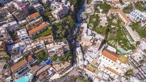 Vogelperspektive der touristischen Stadt, der Berge und des Strandes, der Hotels und der Restaurants, Geb?ude, Gesch?ftsausfl?ge, lizenzfreie stockbilder
