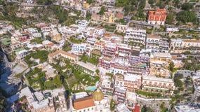 Vogelperspektive der touristischen Stadt, der Berge und des Strandes, der Hotels und der Restaurants, Geb?ude, Gesch?ftsausfl?ge, stockfoto