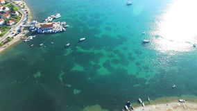 Vogelperspektive der traditionellen dalmatinischen Stadt mit Fischerbooten an den Docks, Kroatien stock video