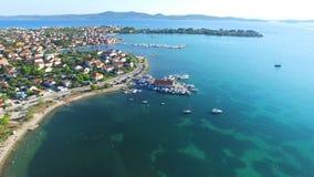 Vogelperspektive der traditionellen dalmatinischen Stadt mit Fischerbooten an den Docks, Kroatien stock video footage