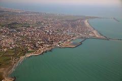 Vogelperspektive der tyrrhenischen Küstenlinie und der Fiumicino-Stadt, nahe lizenzfreie stockbilder