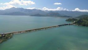 Vogelperspektive an der Verdammung mit der Eisenbahn und Fahrzeugbrücke, die durch den Skadar See führen Weg von Podgorica zu stock video footage