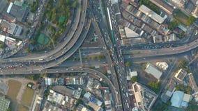 Vogelperspektive der verkehrsreichen Straße stock footage