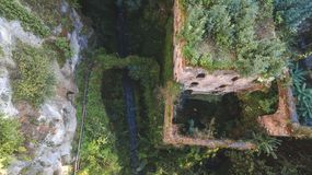 Vogelperspektive der verlassenen alten Mühle in der Schlucht Sorrent-Stadt, Italien, Straße der Gebirgsalten Stadt, Tourismuskonz stockfoto
