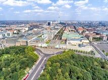 Vogelperspektive der vom 17. Juni Straße und der Berlin-Skyline, Deutschland Lizenzfreies Stockfoto