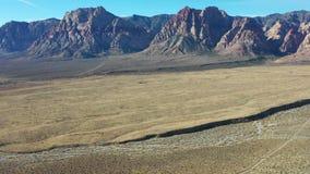 Vogelperspektive der Wüste und der Berge in der roten Felsen-Schlucht stock video