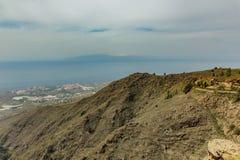 Vogelperspektive der Westküstenlinie und der Insel von La Gomera am sonnigen Tag Blauer Himmel und Wolken ?ber dem Horizont Stein lizenzfreies stockbild