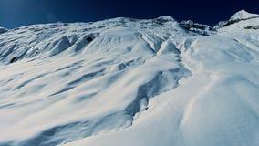 Vogelperspektive der Winterlandschaft der schneebedeckten Berge stock video