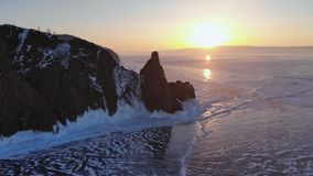 Vogelperspektive der Winterlandschaft des hohen Berges auf gefrorenem See Kap Khoboy, Olkhon-Insel, der Baikalsee stock footage