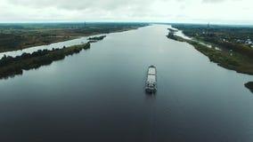 Vogelperspektive des Öltankersegelns auf Fluss stock footage