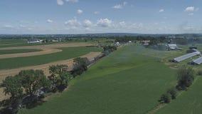 Vogelperspektive des Ackerlands und der Landschaft mit einem Weinlesedampfzug stock footage