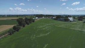 Vogelperspektive des Ackerlands und der Landschaft mit einem Weinlesedampfzug stock video footage