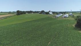 Vogelperspektive des Ackerlands und der Landschaft mit einer Bahnstrecke stock footage