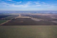 Vogelperspektive des Ackerlands und des Flusses stockbilder