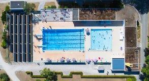 Vogelperspektive des allgemeinen Swimmingpools La Charbonniere in Ancenis stockfotografie