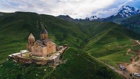 Vogelperspektive des alten Schlosses in grünem bewölktem stockbild