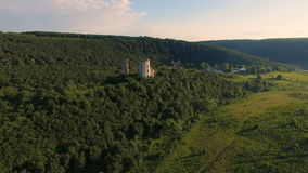 Vogelperspektive des alten Schlosses, zwei Türme und des Waldes herum stock footage