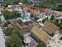 Vogelperspektive des alten stupa und des thailändischen buddhistischen Tempels stockbild