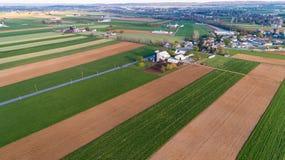Vogelperspektive des amischen Bauernhofes gesehen auf dem Luftweg durch Brummen lizenzfreies stockfoto