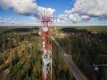 Vogelperspektive des Antennentelekommunikationsturms Stockbilder