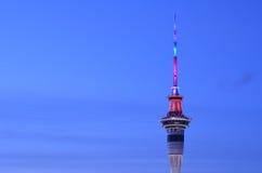Vogelperspektive des Auckland-Himmelturms in den Farben an der Dämmerung Stockfotografie